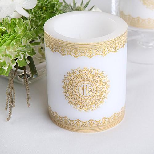 duża świecza zapachowa ze złotą hostią
