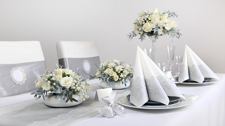 dekoracje komunijnego stołu w odcieniach srebra