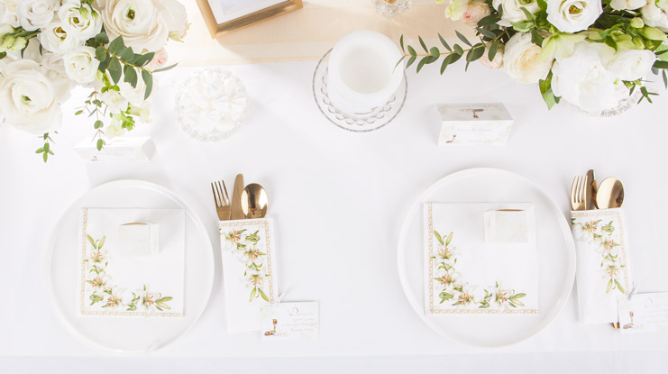 delikatne dekoracje na stół komunijny przykład